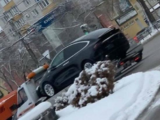 В Воронеже электрокар Tesla увезли на эвакуаторе