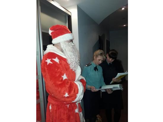 Чебоксарские приставы с Дедом Морозом ходят по квартирам должников