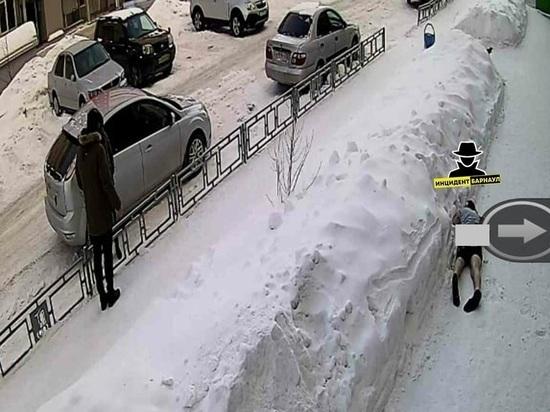 Из окна высотки в Барнауле выпал мужчина