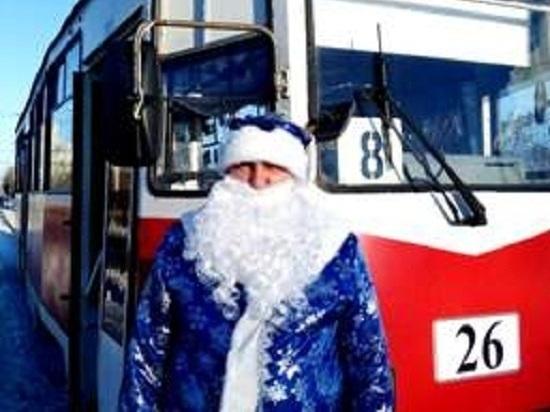 Омский водитель трамвая стал Дедом Морозом за рулем