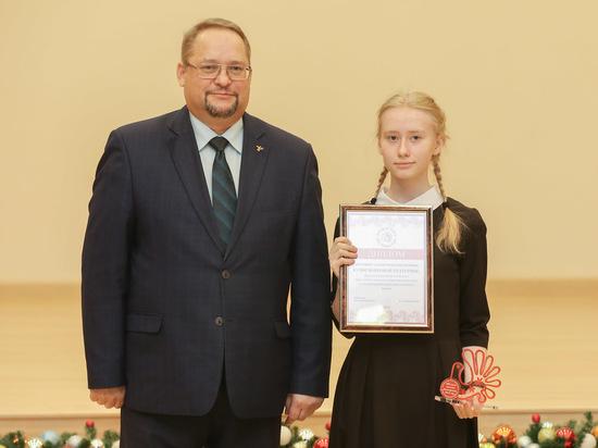 Лучшие школьники Вологодской области получили награды в Правительстве региона
