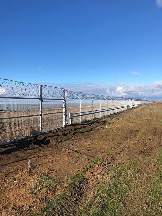 В забор вмонтированы вибрационные и радиолучевые датчики