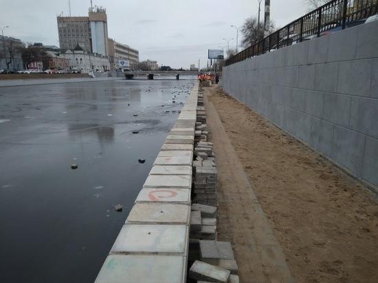 В Астрахани на Набережной 1 мая восстанавливают тротуарную плитку