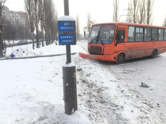 Маршрутка сбила женщину с детьми на улице Акимова