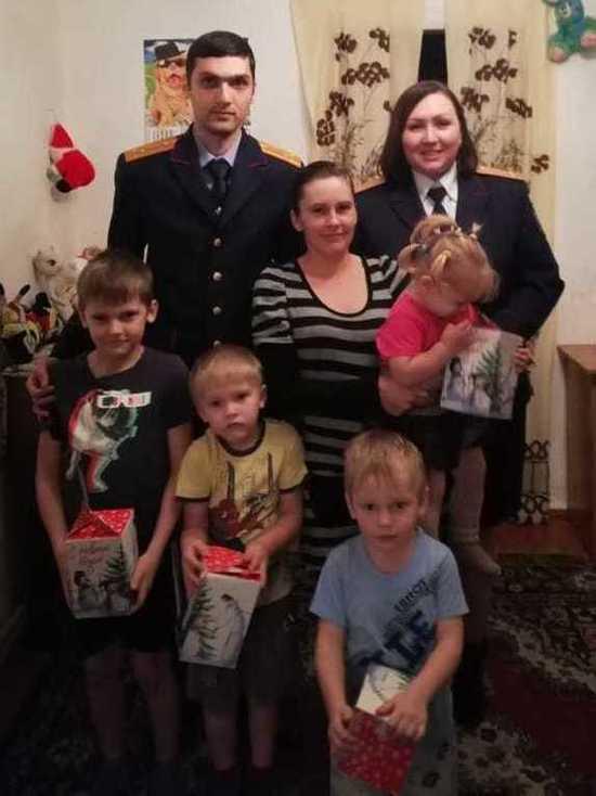 Многодетной семье украинских беженцев помогают материально на Ставрополье