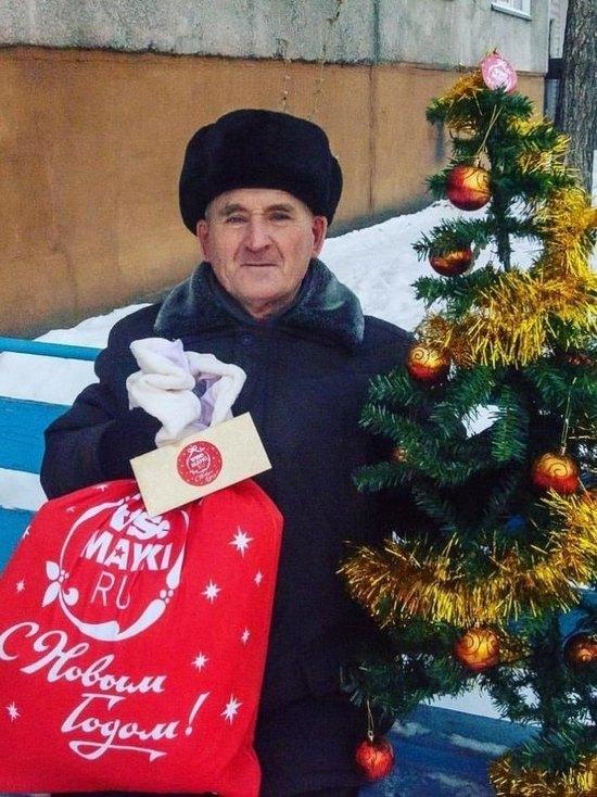 Степанычу из Бийска подарили елочку, которая ему понравилась