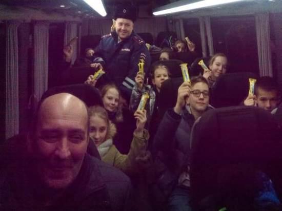 Алтайские гаишники спасли замерзающих подростков в сломавшемся автобусе