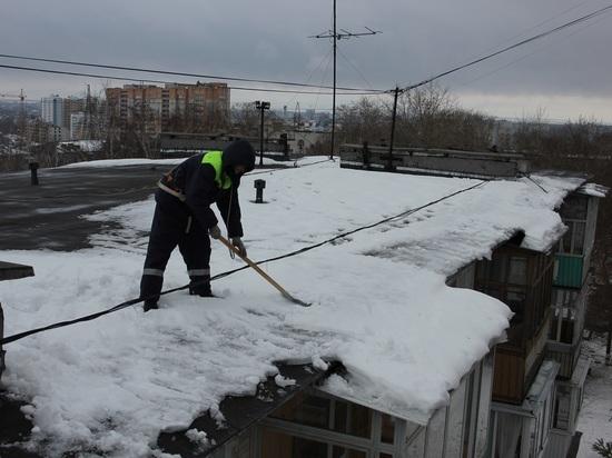 Крыши домов Ульяновска от снега и сосулек чистят 40 альпинистов