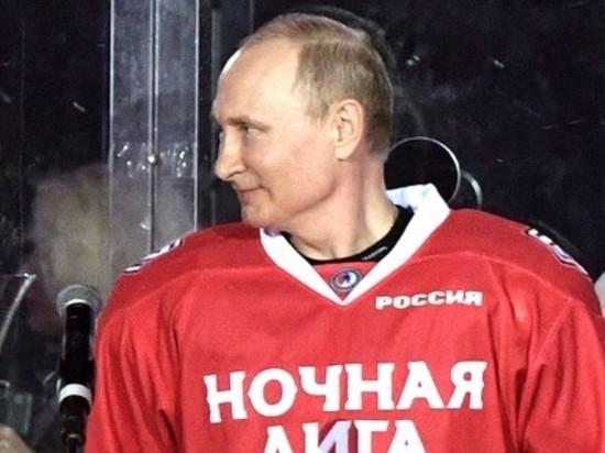 Путин вышел на каток на Красной площади и забил первую шайбу