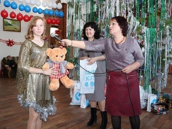 «Ростелеком» вручил алтайским детям подарки от Деда Мороза