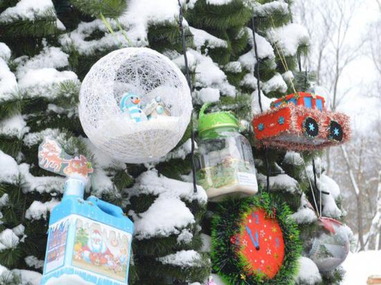 В Серпухове дети украсили елку авторскими новогодними игрушками