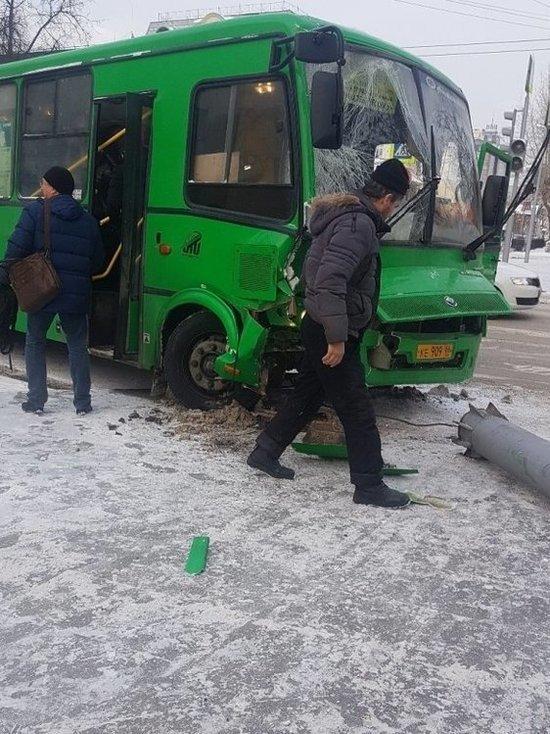 В центре Екатеринбурга автобус с пассажирами снес столб