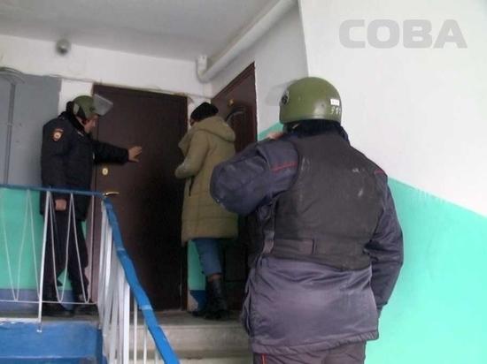 Екатеринбургские спасатели вскрыли квартиру, из которой выбросили собаку
