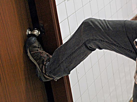 Ограбление по-ульяновски: выбитая дверь и арматура