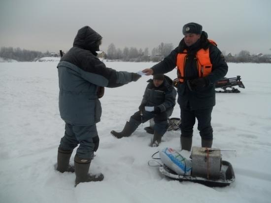 Перед новогодними каникулами инспекторы ГИМС и МЧС пообщались с любителями рыбной ловли