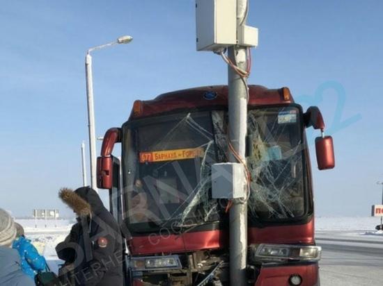 На алтайской трассе пассажирский автобус врезался в столб