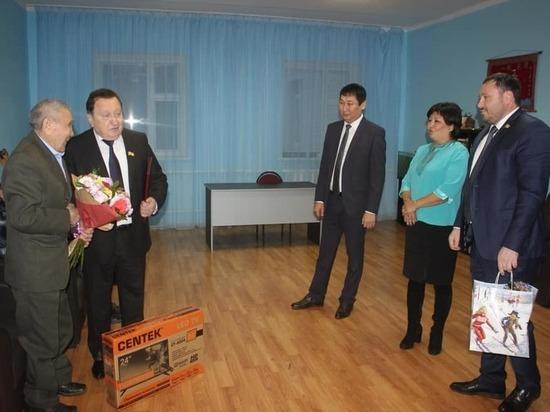 Депутат калмыцкого парламента подарил дому престарелых три гирлянды