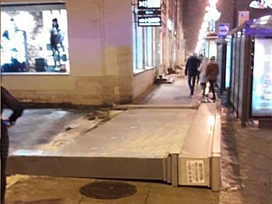 «Уставший щит» рухнул на гулявших по Невскому проспекту людей