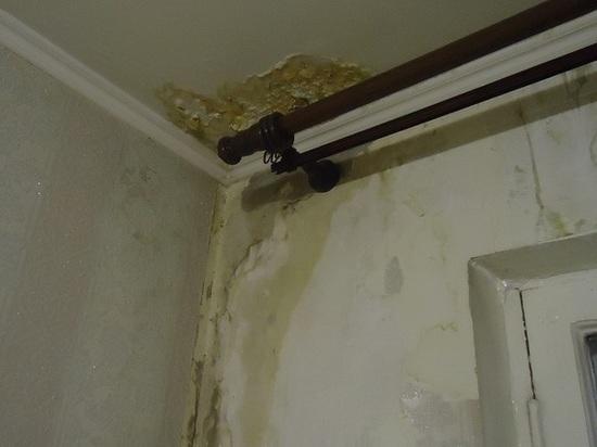 Жильцы барнаульской «хрущевки» жалуются на дырявую крышу