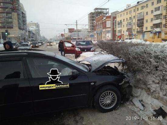 Авария с участием такси произошла в Барнауле