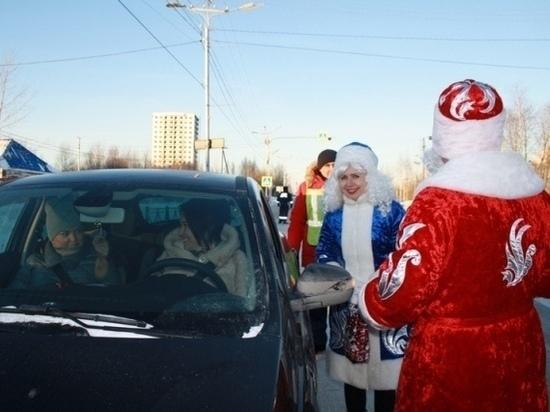 Полицейские Деды Морозы в Югре поздравили водителей с Новым Годом