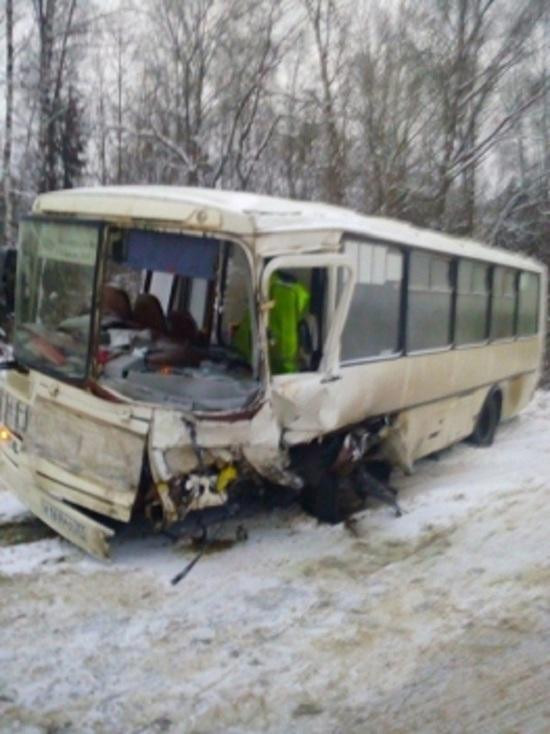 Один погиб, четверо в больнице: в Ивановской области столкнулись автобус и иномарка