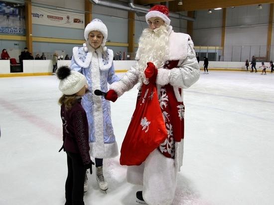 На катке в Саранске можно встретить Деда Мороза и Снегурочку