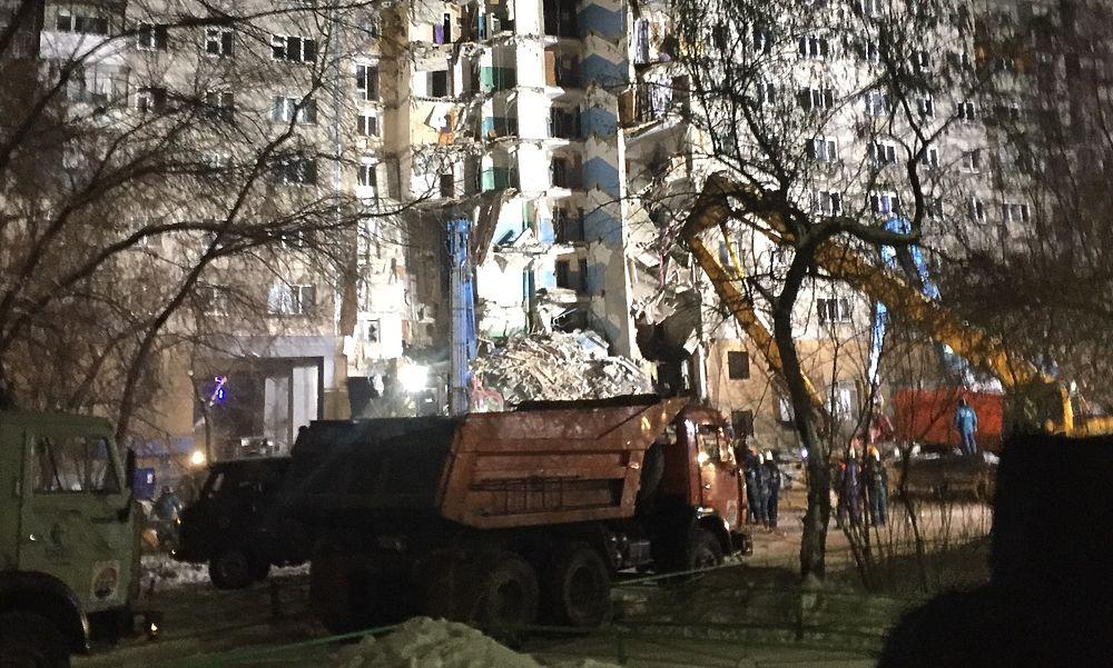 Из развалин в Магнитогорске достали автомобиль: кадры с места взрыва