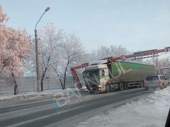 Фура вновь снесла ограждения на Старом мосту в Барнауле