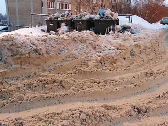 Коммунальщики зачищают разблокированные от снега мусорные площадки