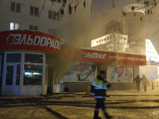 В Уфе у здания башкирского ФСБ горел магазин «Эльдорадо»