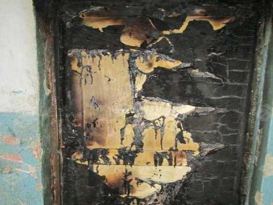 Входная дверь в квартиру сгорела в Калуге