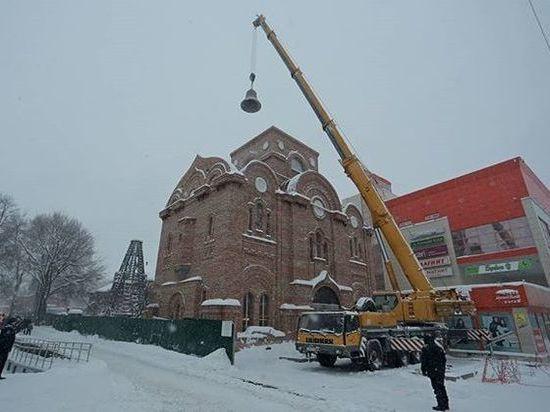Установлен колокол на надвратном храме Спасского монастыря Ульяновска