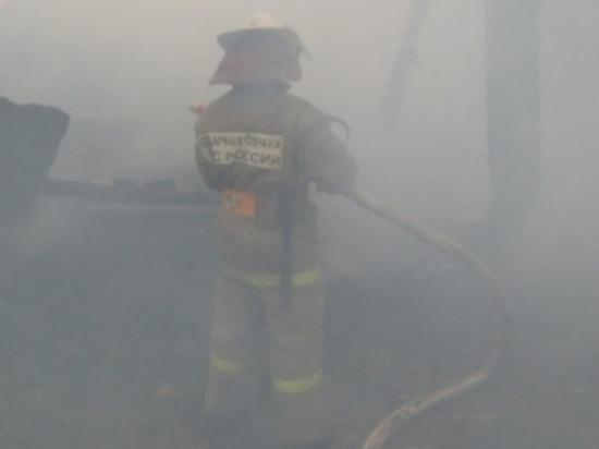 В Краснинском районе смоленские пожарные тушили горящее сено