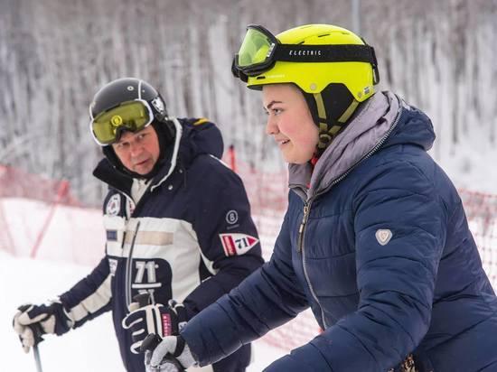 Губернатор научил кататься на горных лыжах юную калужанку