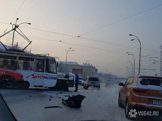 В Кемерове трамвай врезался в иномарку: образовалась пробка