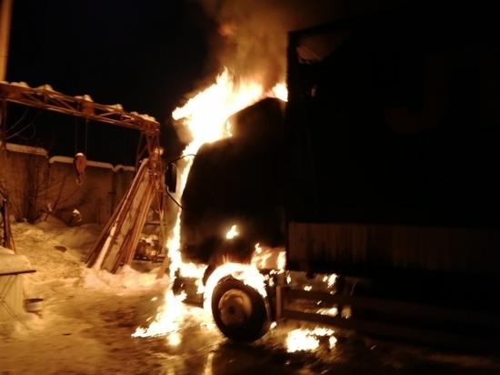 Фура дотла сгорела на трассе под Калугой