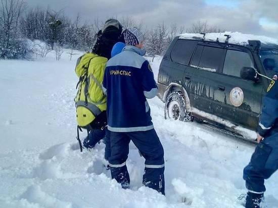 В заснеженном Крыму спасли обессилевшую парочку и женщину с детьми