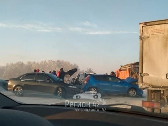 Сразу девять автомобилей столкнулись на кузбасской автодороге