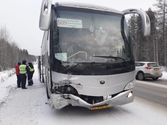 Рейсовый автобус и две легковушки попали в ДТП на Серовском тракте