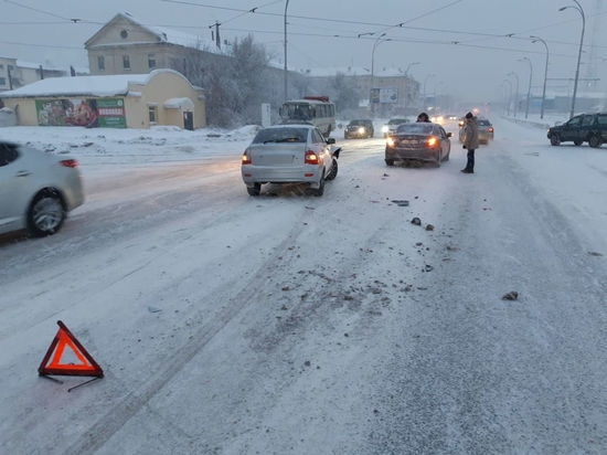 Кемеровчанин ищет свидетелей столкновения автомобилей в центре города