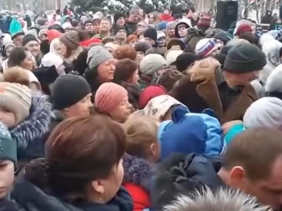 В Курске дважды устроили жестокую давку из-за бесплатных конфет
