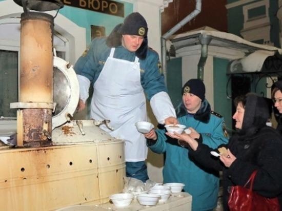 Смоленские спасатели развернули Рождественскую полевую кухню