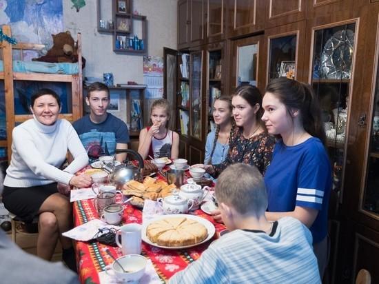 Псковские губернатор и митрополит подарили многодетной семье поездку в Москву
