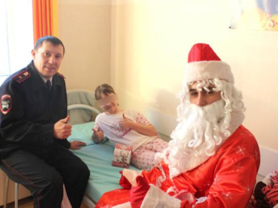 В Кемерове полицейский Дед Мороз навестил пациентов детской больницы
