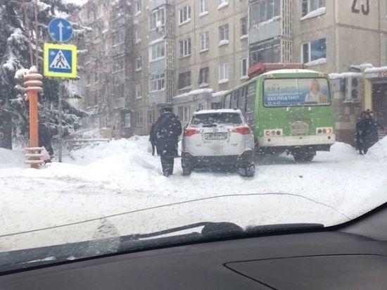 Маршрутка и иномарка столкнулись на тротуаре в Кемерове