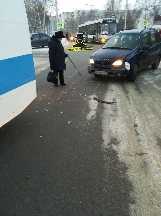 Троллейбусы встали в Барнауле после ДТП