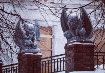 Всё больше и больше: на крыше здания в центре Ярославля появилась третья горгулья