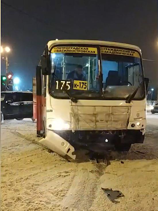 В Петербурге автобус 175 маршрута врезался в «скорую»