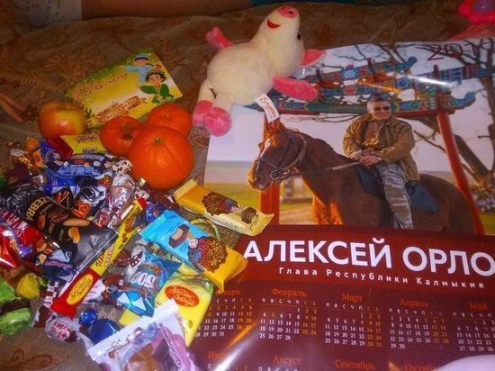 На елке главы Калмыкии детям дарили календарь с его фото и гнилые мандарины